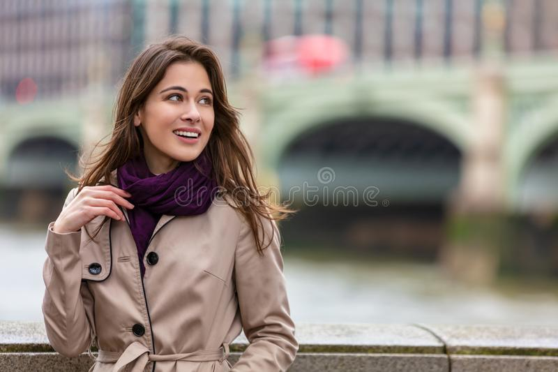 Frau durch Westminster-Brücke, London, England lizenzfreie stockbilder