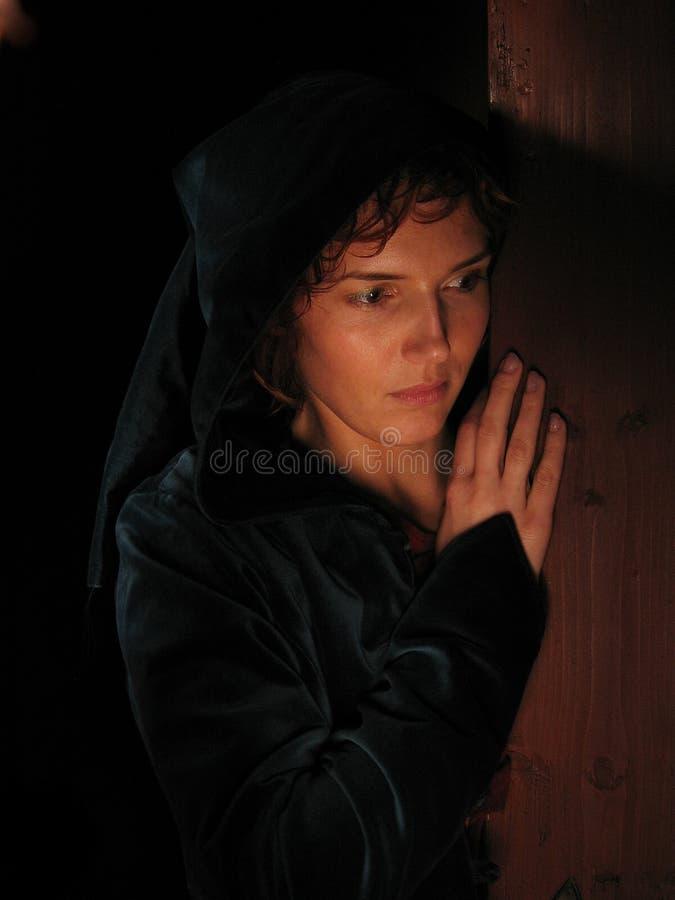 Frau ein dunkler Hintergrund gemalt mit Leuchte. stockfotografie