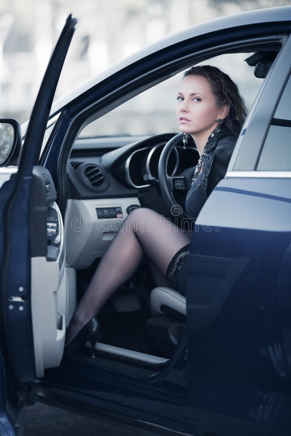 Frau in einem Auto lizenzfreie stockfotografie