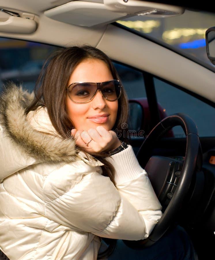 Frau in einem Auto stockfotografie