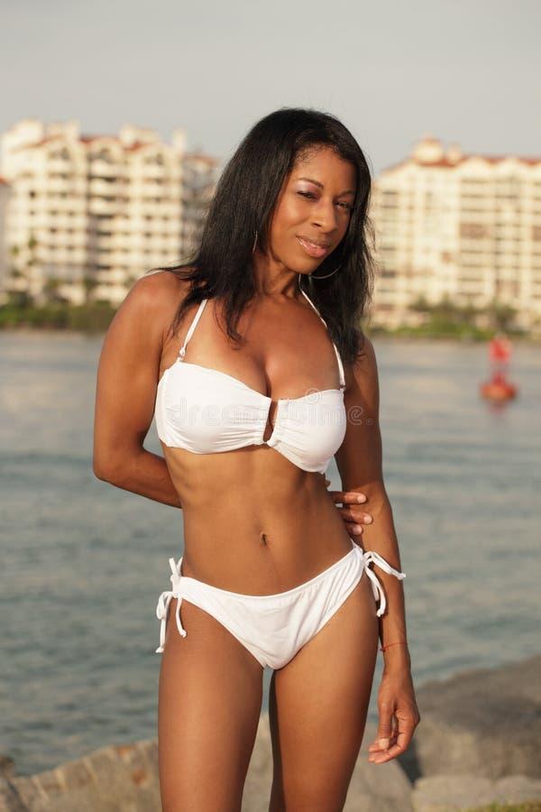 Frau in einem Bikini stockfoto