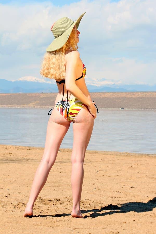 Frau in einem Bikini lizenzfreie stockbilder
