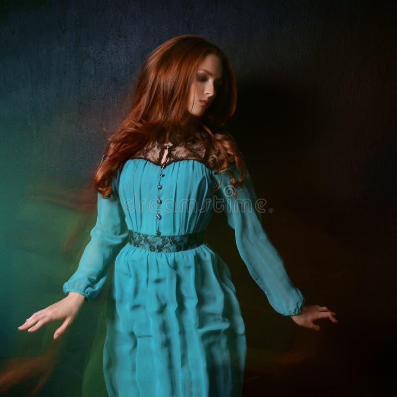 Frau in einem blauen Kleid lizenzfreie stockfotos