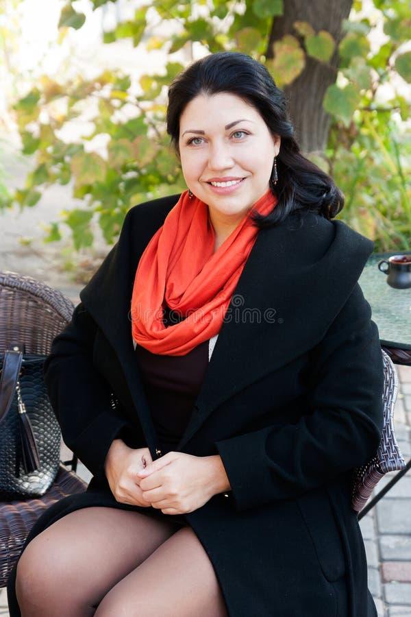 Frau in einem Café auf der Straße stockfoto