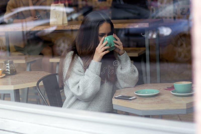 Frau in einem coffe Shop stockbilder