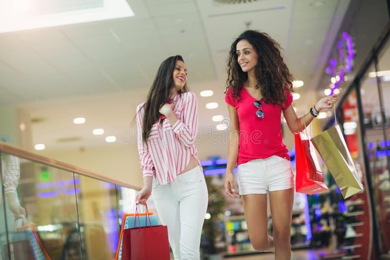 Frau an einem Einkaufszentrum mit Taschen lizenzfreie stockfotos