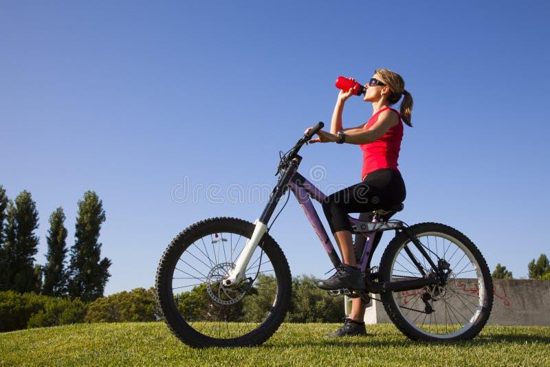 Frau in einem Fahrrad stockfoto
