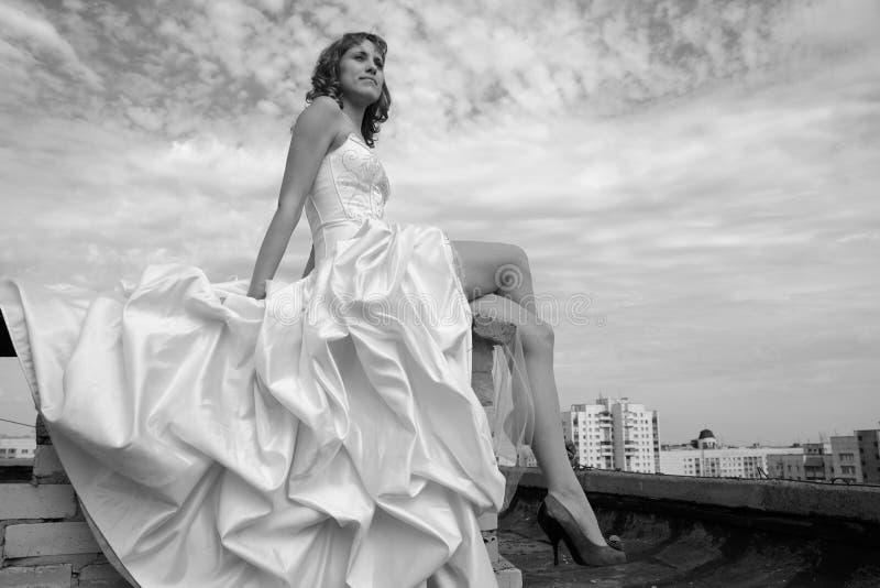 Frau in einem Hochzeitskleid lizenzfreie stockfotografie