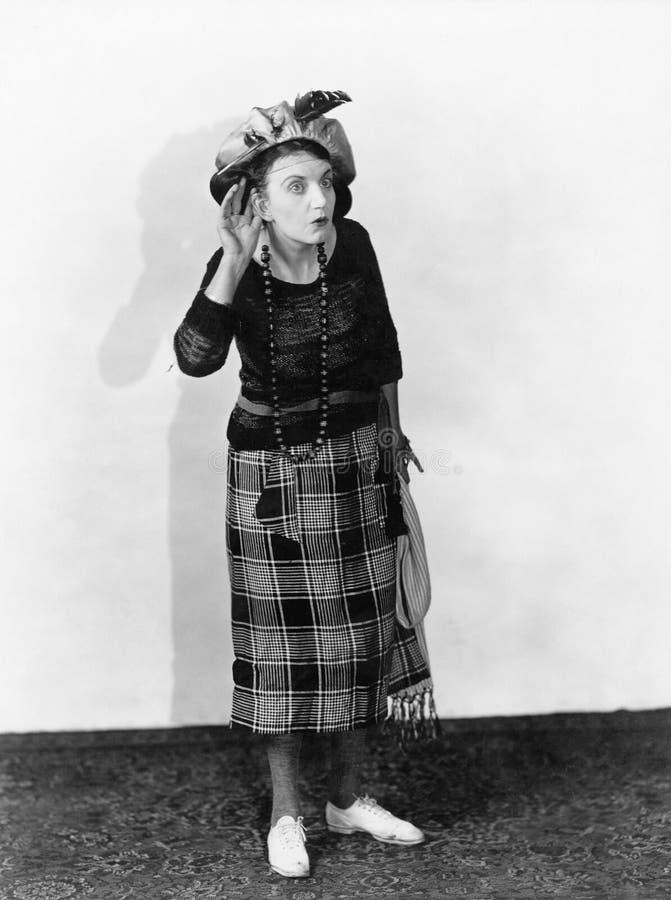 Frau in einem Hut, der versucht zu hören (alle dargestellten Personen sind nicht längeres lebendes und kein Zustand existiert Lie lizenzfreie stockfotos