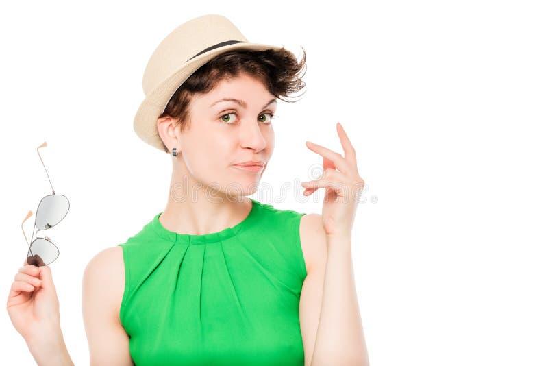 Frau in einem Hut mit der Sonnenbrilleaufstellung stockfotografie