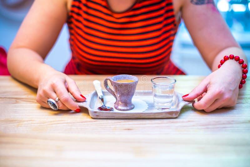 Frau in einem Kaffeerestaurant, in der roten Kleidung lizenzfreies stockfoto