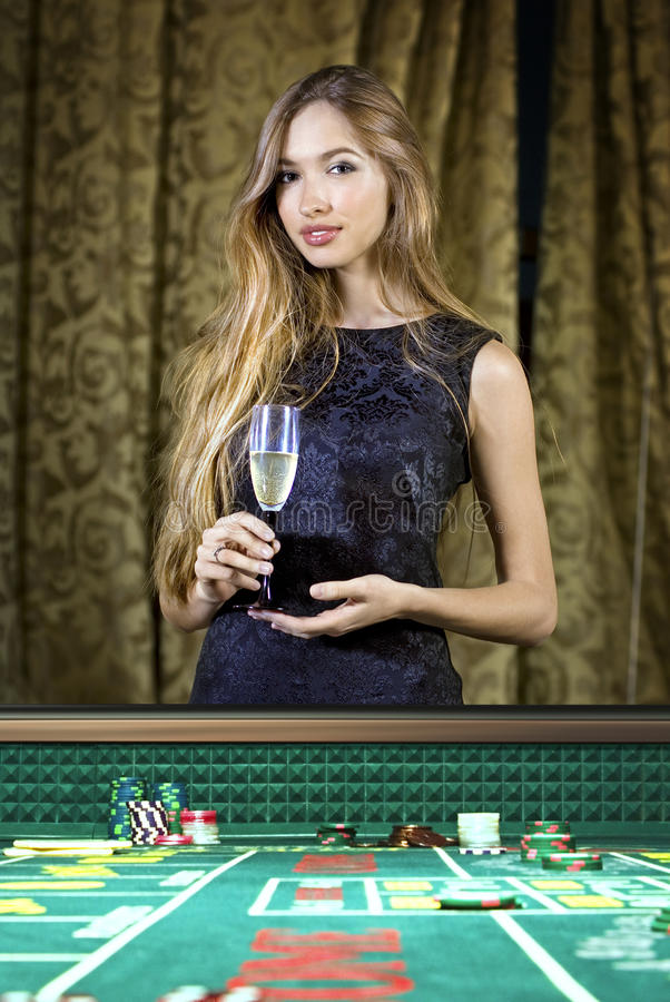 Frau in einem Kasino lizenzfreies stockbild
