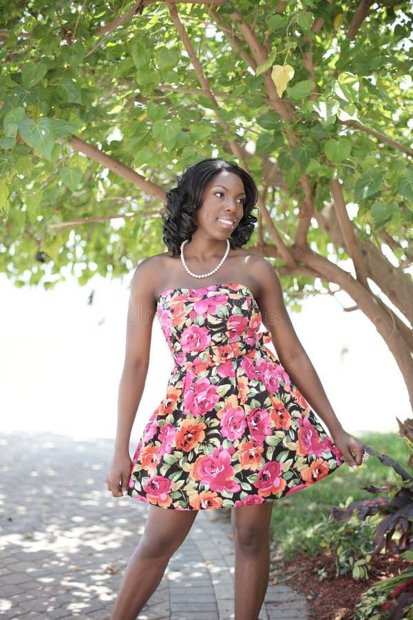 Frau in einem Kleid stockfoto