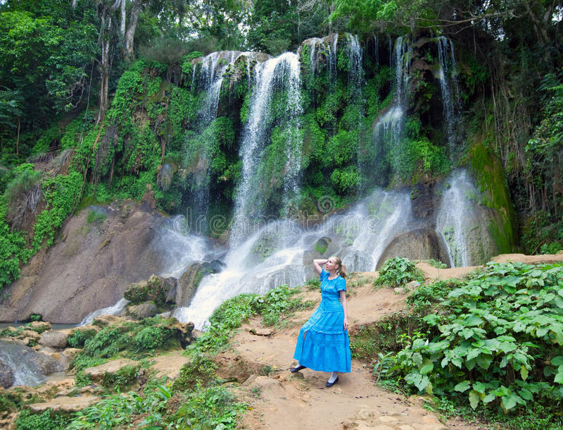 Frau in einem langen Kleid nahe Wasserfällen Soroa, Pinar del Rio, Kuba lizenzfreies stockbild