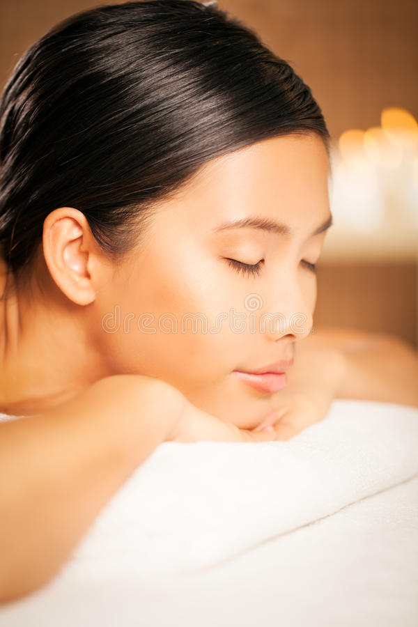 Frau an einem Massagesalon stockfotos