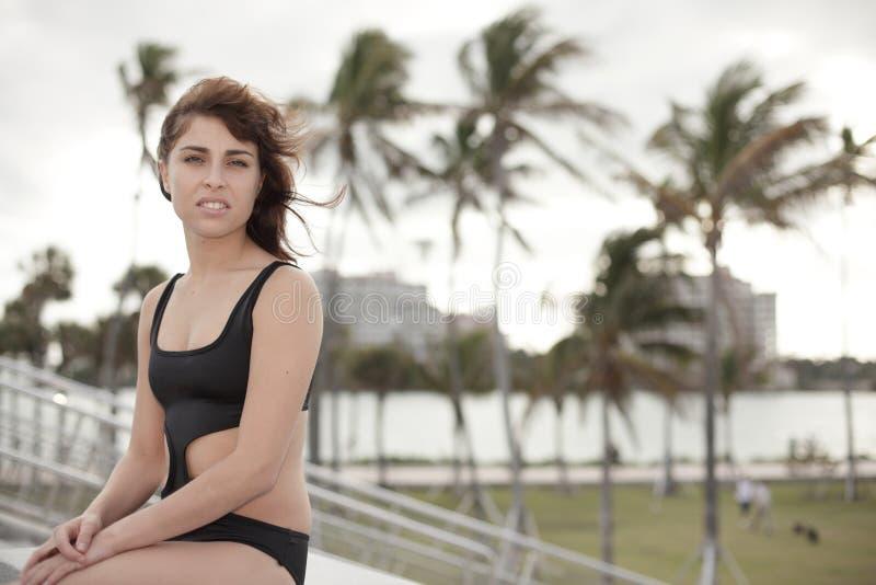Frau in einem modernen Badeanzug lizenzfreie stockfotos