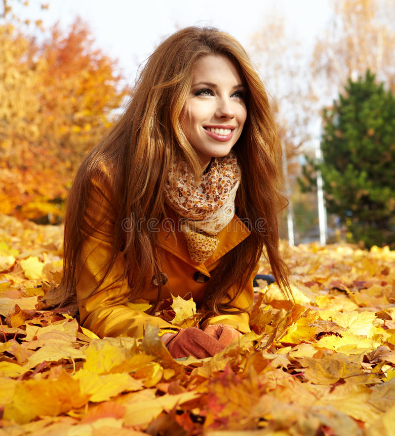 Frau in einem Park im Herbst lizenzfreies stockbild