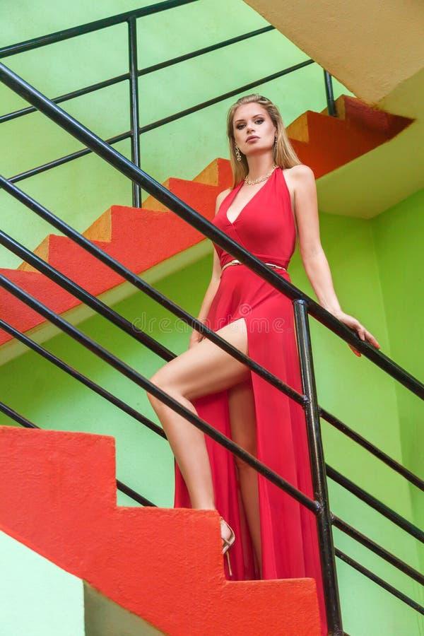 Frau in einem roten Kleid stockfoto