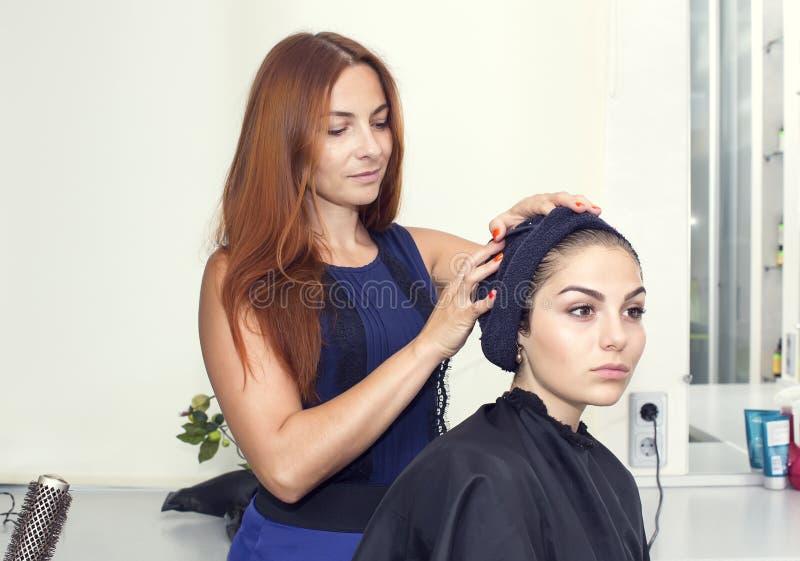 Frau in einem Schönheitssalon stockfotografie