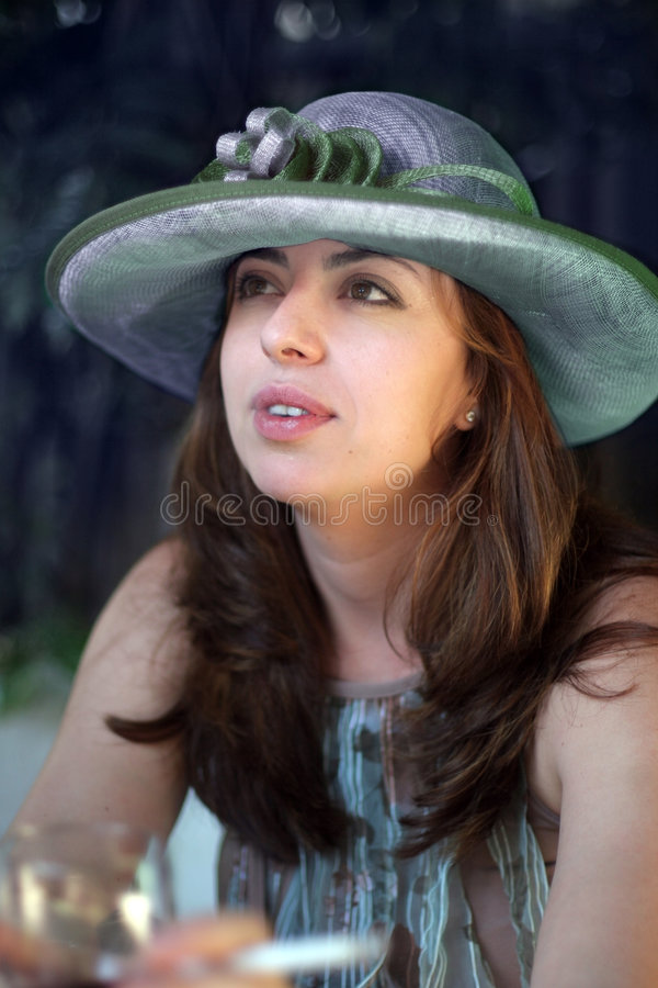 Frau in einem Strohhut lizenzfreies stockfoto