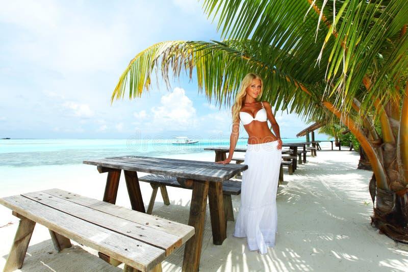 Frau in einem tropischen Café lizenzfreies stockfoto
