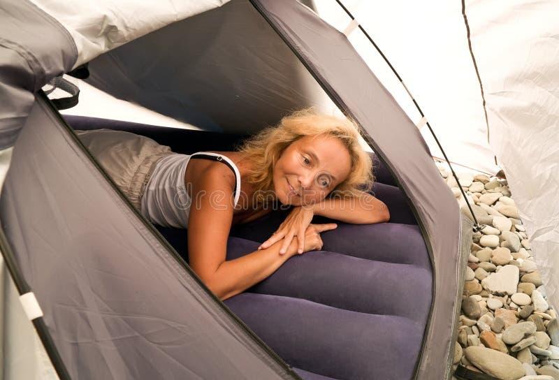 Frau in einem Zelt lizenzfreies stockfoto