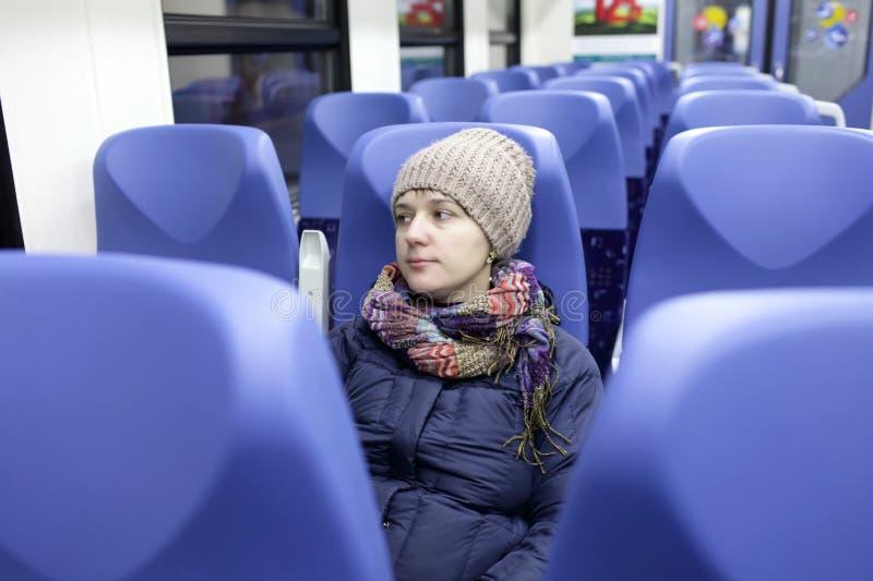 Frau in einem Zug lizenzfreies stockbild