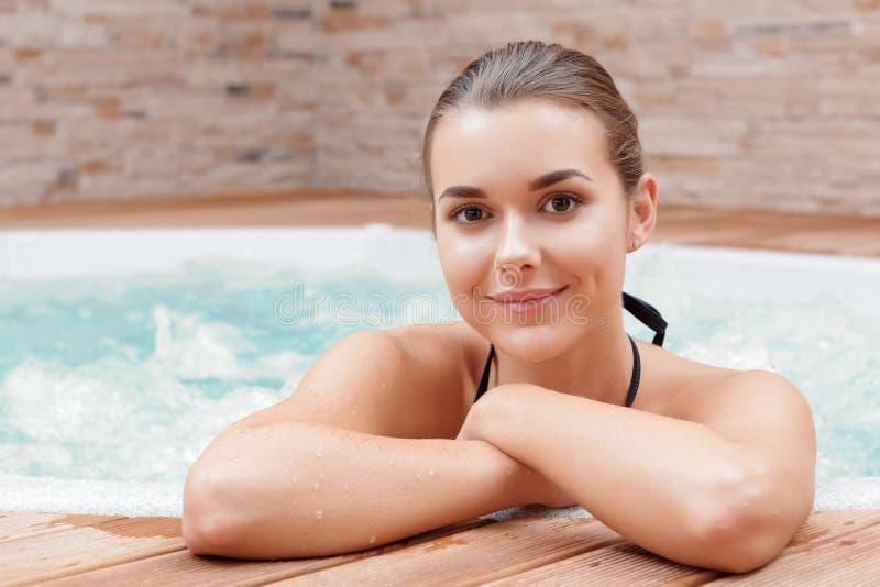 Frau in einer Badekurortmitte stockbilder
