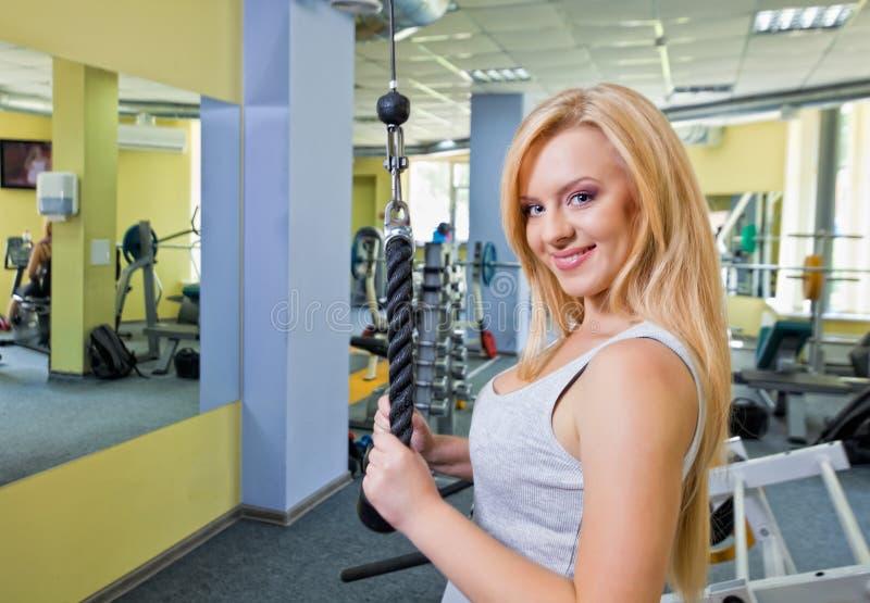 Frau in einer Gymnastik lizenzfreies stockbild