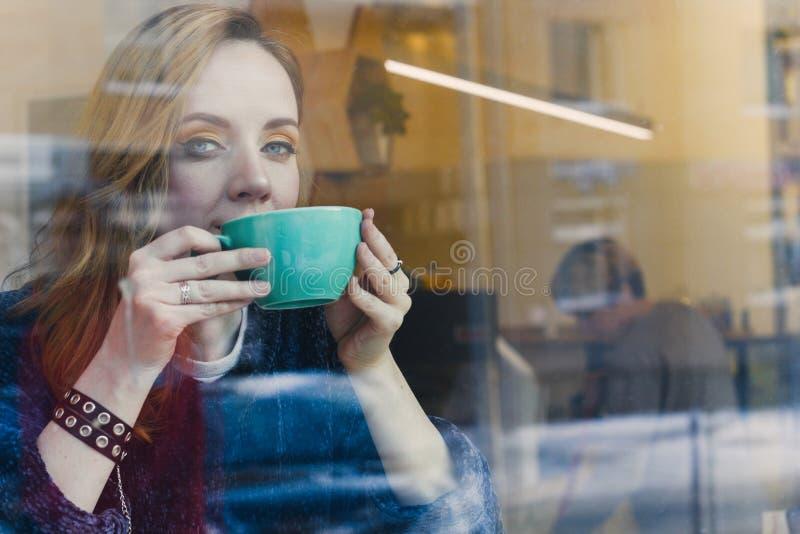 Frau in einer Kaffeestube lizenzfreies stockbild