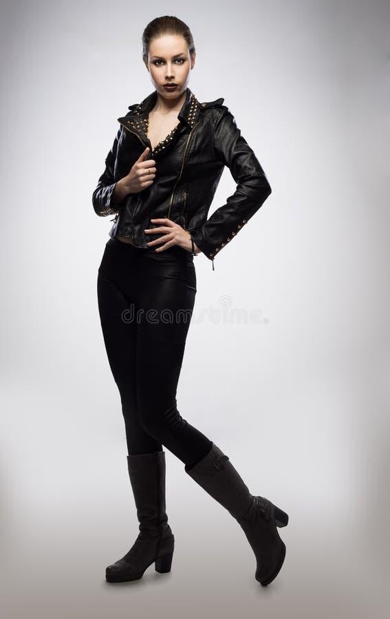 Frau in einer Lederjacke lizenzfreie stockfotografie