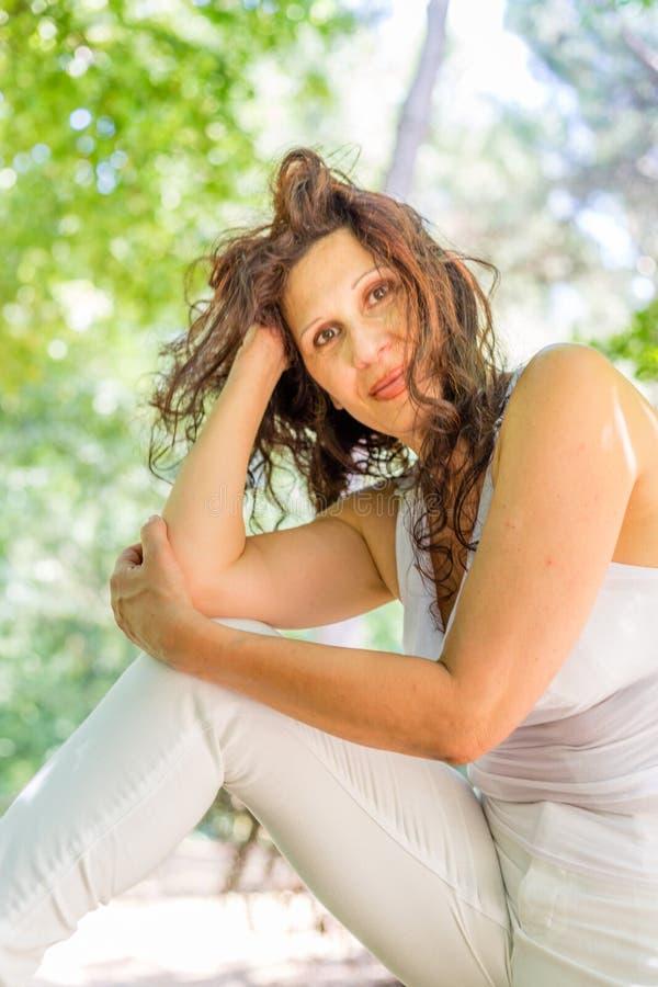 Frau in einer Schönheitsarthaltung lizenzfreie stockfotos
