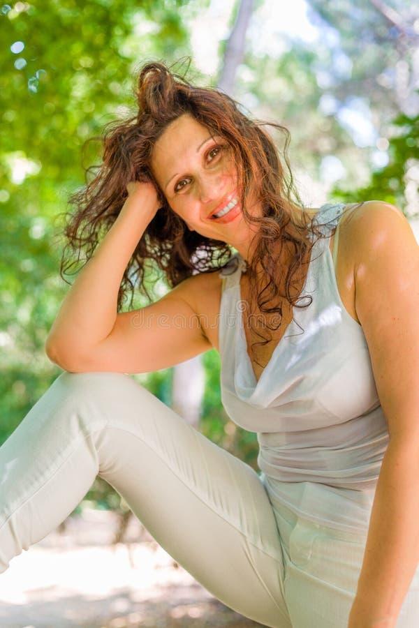 Frau in einer Schönheitsarthaltung lizenzfreies stockfoto