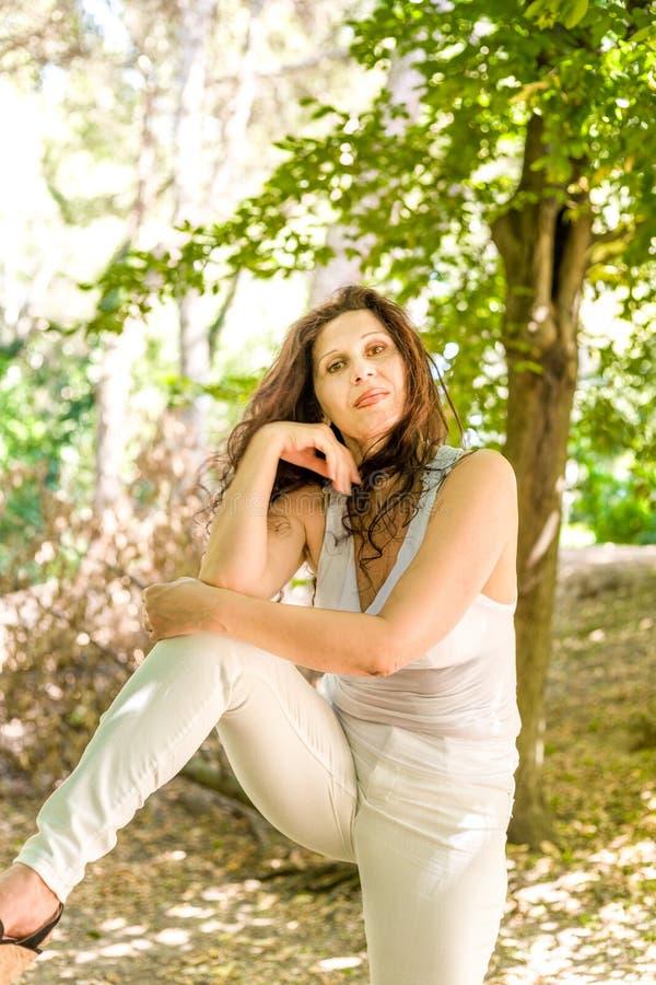 Frau in einer Schönheitsarthaltung lizenzfreie stockfotografie