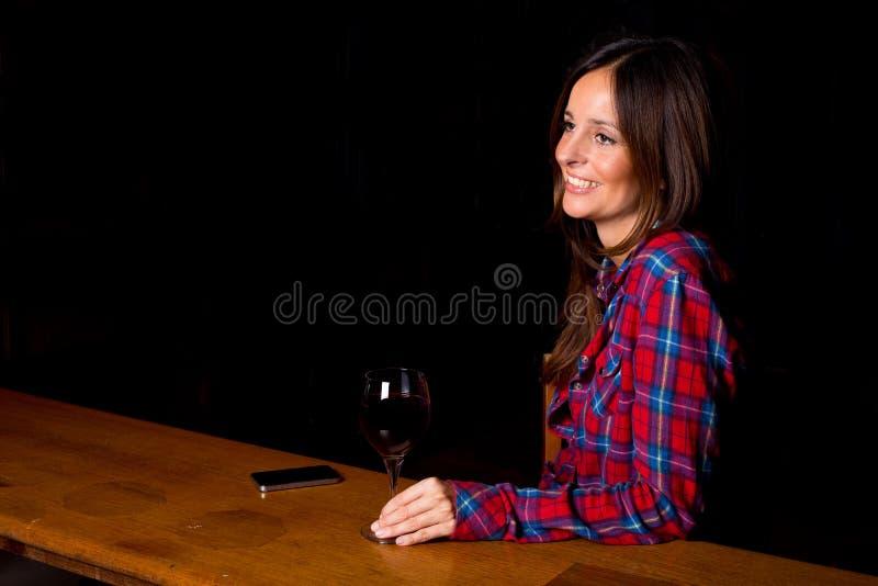 Frau in einer Stange lizenzfreies stockbild