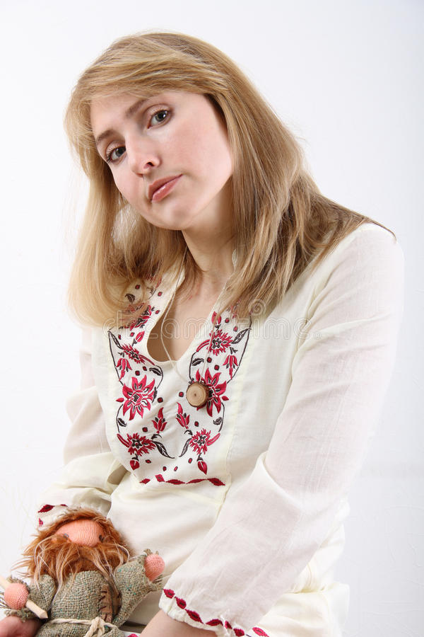 Frau in einer weißen Bluse stockfotografie