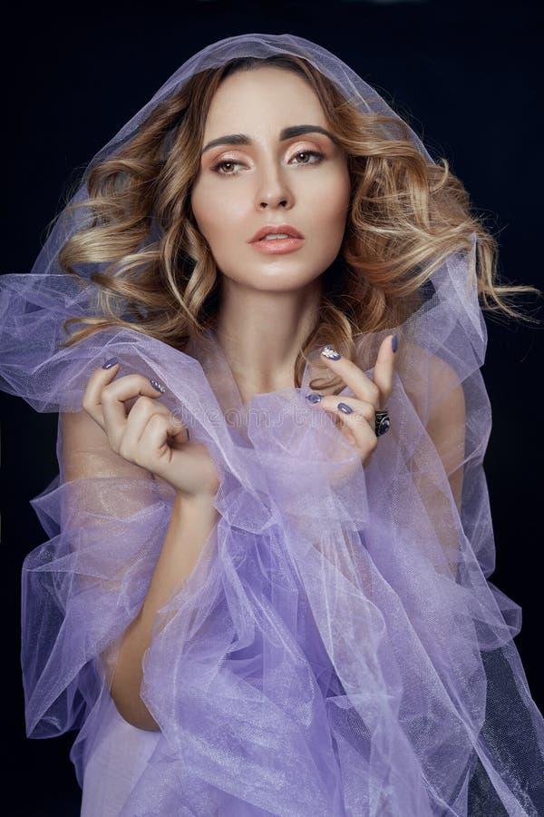 Frau eingewickelt im purpurroten Gewebe, in der schönen dünnen Zahl, in der Reinheit und in der Integrität Luxuriöse nackte Nackt lizenzfreie stockfotografie