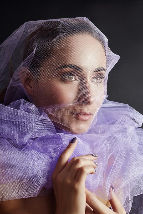 Frau eingewickelt im purpurroten Gewebe, in der schönen dünnen Zahl, in der Reinheit und in der Integrität Luxuriöse nackte Nackt lizenzfreies stockfoto