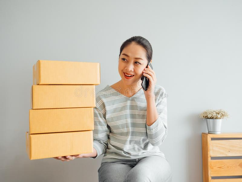 Frau empfing Großauftrag ihres on-line-Geschäfts über Smartphone a lizenzfreies stockbild