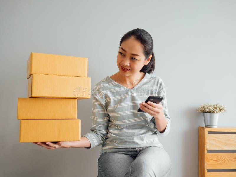 Frau empfing Gro?auftrag ihres on-line-Gesch?fts ?ber Smartphone a stockbild