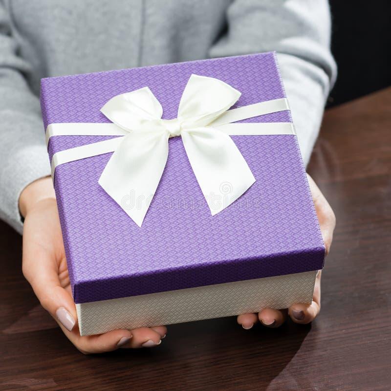 Frau empfing schöne purpurrote Geschenkbox mit Geschenk Für Mothe stockfotos