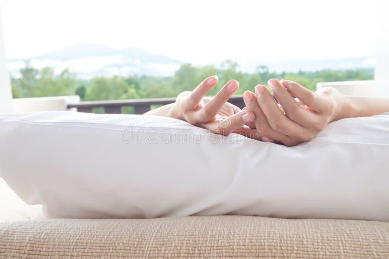 Frau entspannen sich auf Bett und Genießenbergblick lizenzfreie stockbilder