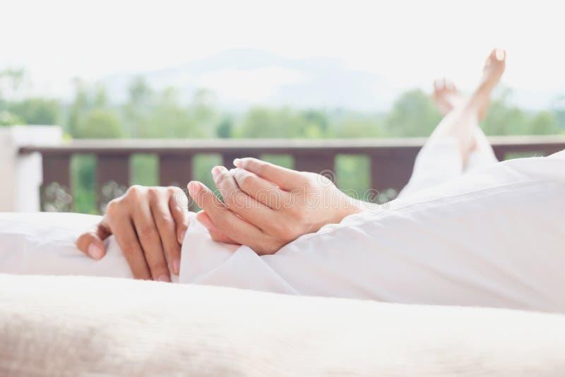 Frau entspannen sich auf Bett und Genießenbergblick lizenzfreie stockfotografie