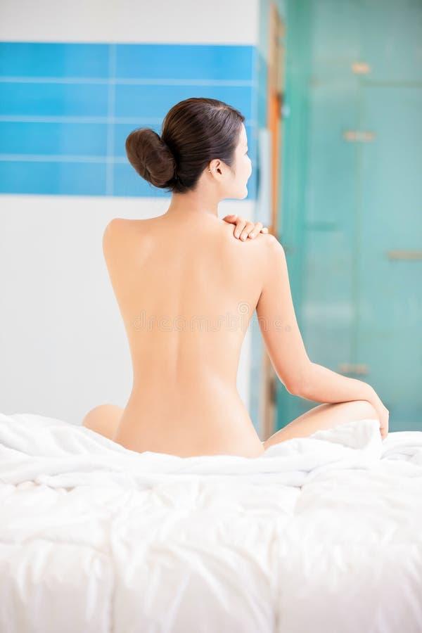 Frau entspannen sich Note ihre Schulter stockfotos