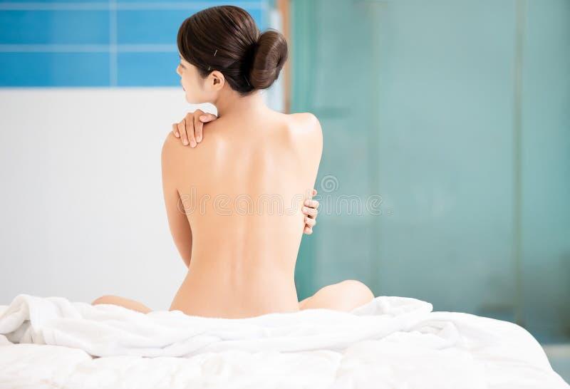 Frau entspannen sich Note ihre Schulter lizenzfreies stockbild