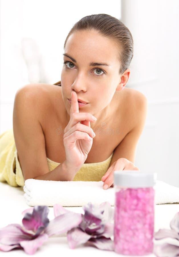 Frau entspannt sich in einem Schönheitssalon lizenzfreie stockfotografie