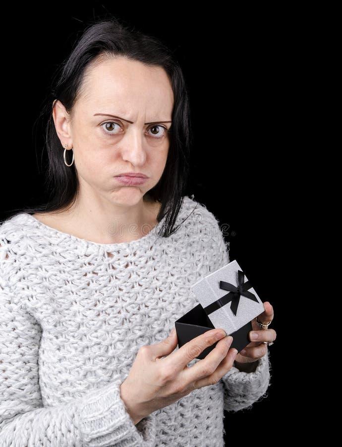Frau enttäuscht über Geschenk lizenzfreie stockfotografie