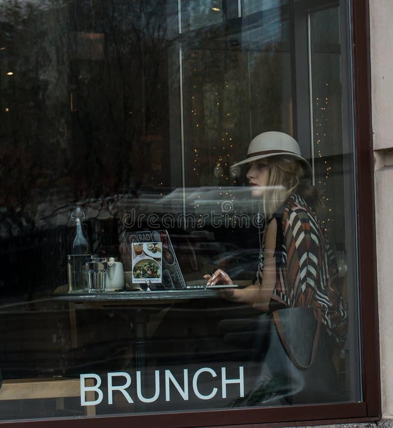 Frau erhält wifi und Brunch an im Stadtzentrum gelegener Chicago-Kaffeestube stockfotos