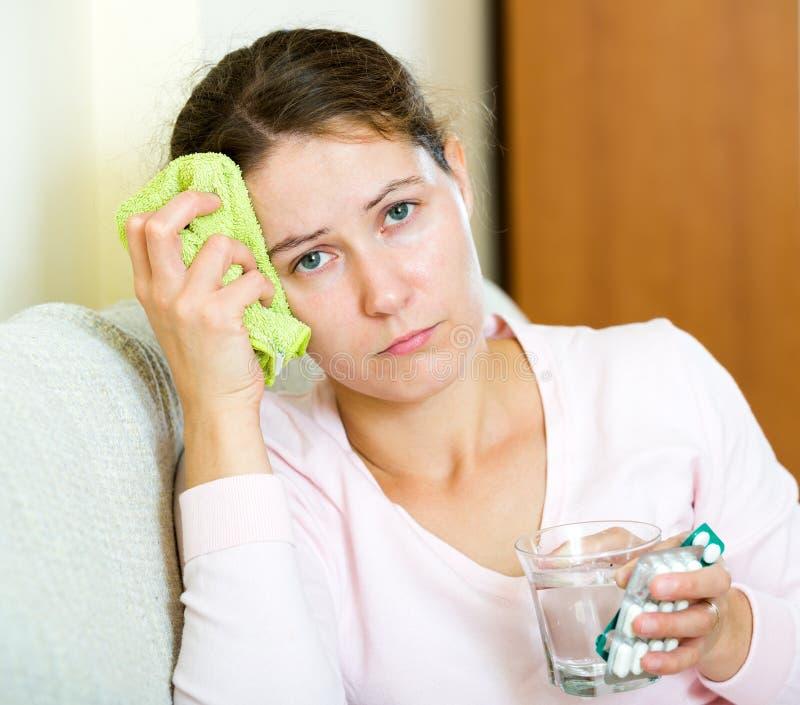 Frau ermüdet von den Problemen, die Kopfschmerzen haben lizenzfreie stockfotografie