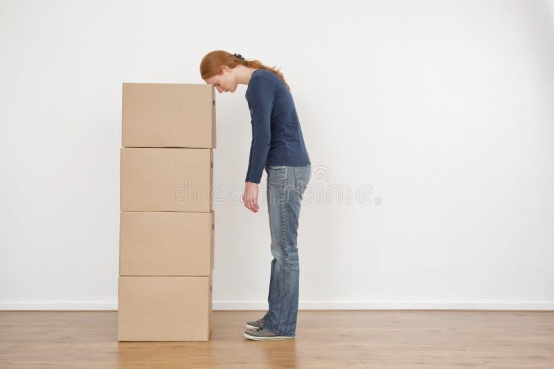 Frau ermüdet von den Verpackungs-Kästen lizenzfreies stockbild
